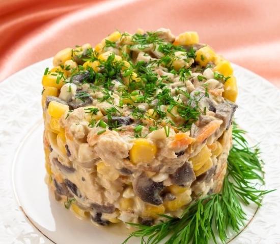 Салат с сыром грибами и кукурузой