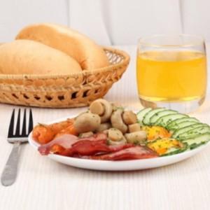 Жареные грибы и омлет с сыром