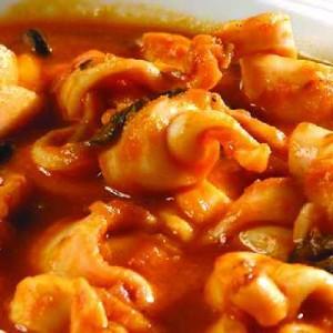 Кальмары, тушеные с томатами и оливками по-римски