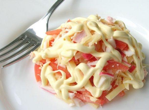 Салатик из крабовых палочек с помидорами