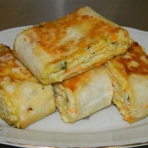 Хрустящий рулет из лаваша с овощами и плавленым сыром
