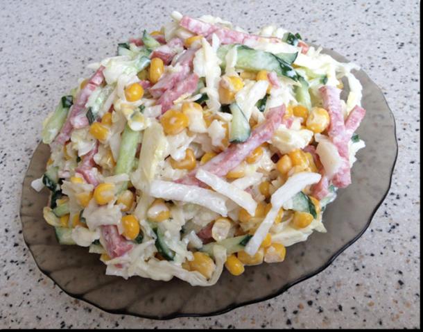 Вкусный салат с копченной колбасой