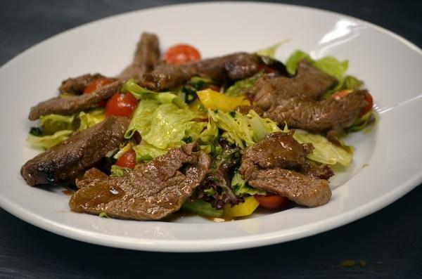 Салат с нежной говядиной под вустерским соусом