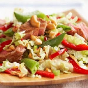 Салат с тунцом на овощной подушке